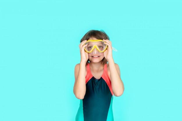 Het grappige meisje van de strandvakantie met maskerbuis voor het zwemmen in zeewater