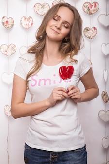 Het grappige mooie suikergoed van de vrouwenholding in de vorm van hart