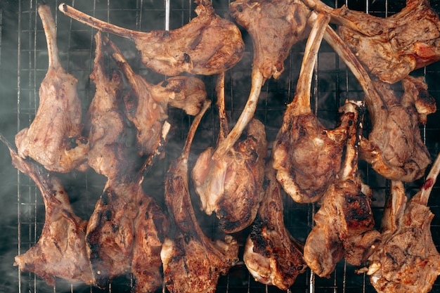 Het grillen van een lamsrack op de grillbarbecue