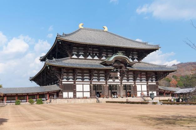 Het grootste houten gebouw ter wereld - todai-ji-tempel in nara, japan met wandelende toeristen, dit gebouw is 49 meter hoog en staat bekend als de grote boeddha-zaal