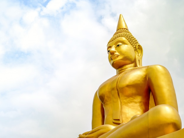Het grote gouden boeddhabeeld staat majestueus