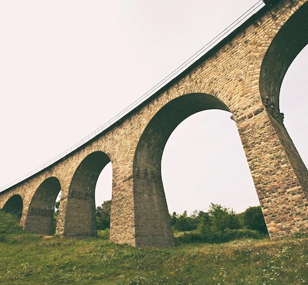 Het grote spoorviaduct van baksteen