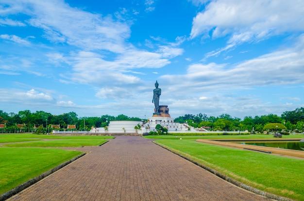 Het grote standbeeld van boedha bij phutthamonthonprovincie, nakhon pathom, thailand