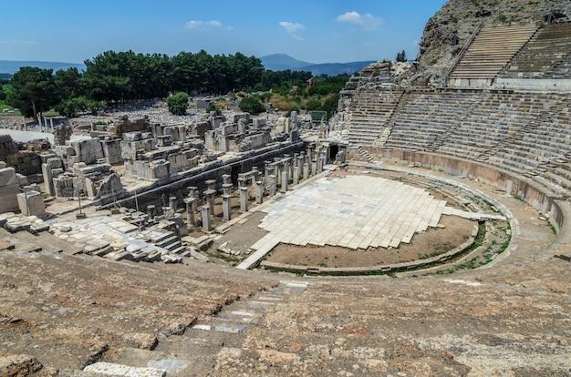 Het grote theater in efeze, turkije. efeze was een oude griekse stad en later een belangrijke romeinse stad en een van de grootste steden in de mediterrane wereld.