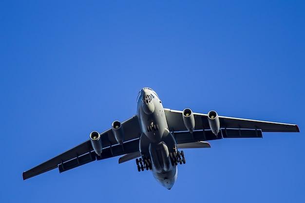 Het grote vliegtuig vliegt dicht omhoog in de hemel