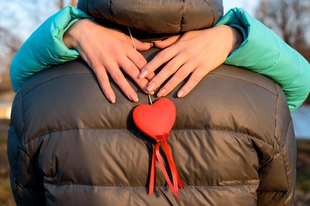 Het hart is een symbool van liefde, vriendschap, trouw, een speciaal teken in het leven van mensen. nieuw