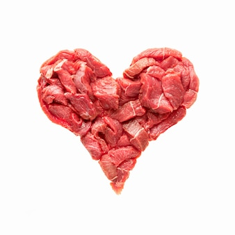Het hart is gemaakt van rauw vlees isolaat rundvlees in de vorm van een hart symboliseert hart-en vaatziekten overd...