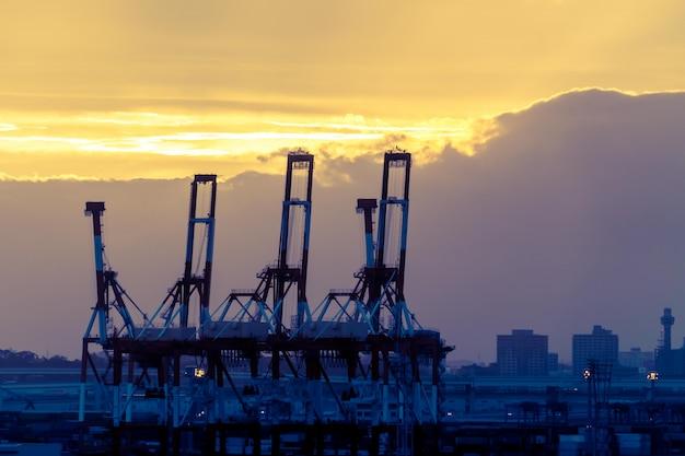 Het havendok van het silhouethaven met reuzekraan