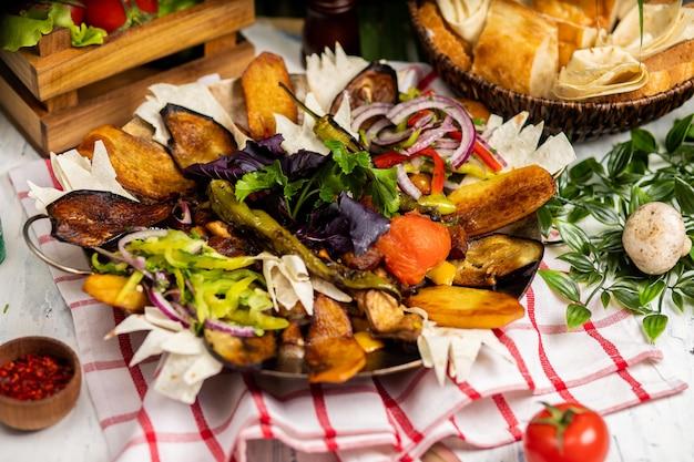 Het heerlijke assortiment van vlees en groenten. sac ici - voedsel uit azerbeidzjan. meat saute