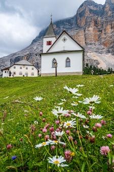 Het heiligdom van santa croce onder sas dla crusc, in de dolomieten van val badia, italië