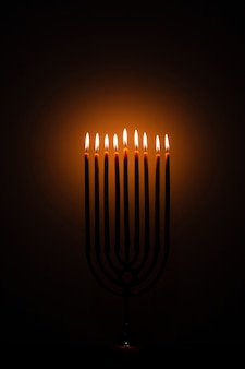Het heilige hanukkah feestelijke kaarsen branden