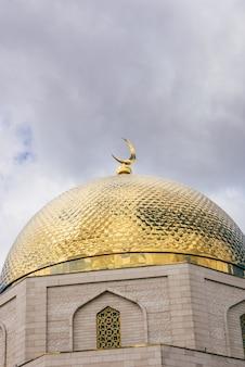 Het herdenkingsbord gewijd aan de adoptie van de islam door bulgaren in 922. gouden koepel.