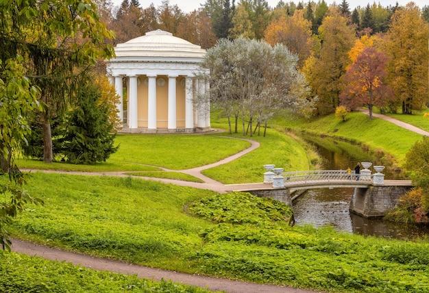 Het herfstlandschap pavlovsk palace park sint-petersburg rusland