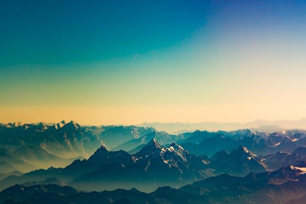 Het himalayagebergte op het tijdstip van zonsondergang
