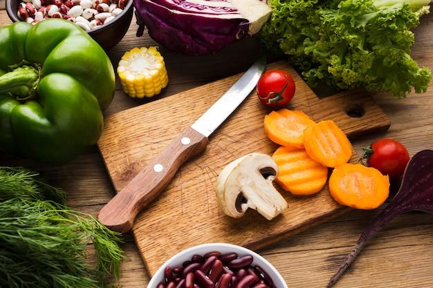 Het hoge assortiment van hoek kleurrijke groenten op houten achtergrond