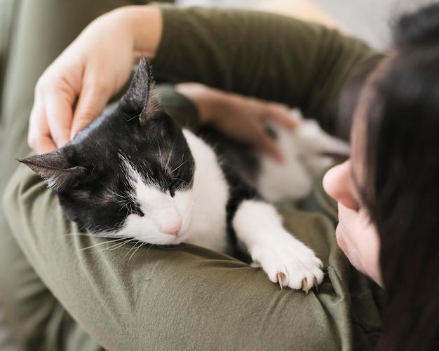 Het hoge hoekvrouw spelen met katje
