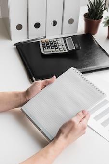 Het hoge notitieboekje van de bedrijfsvrouwenholding