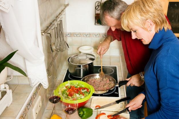 Het hogere paar koken in keuken