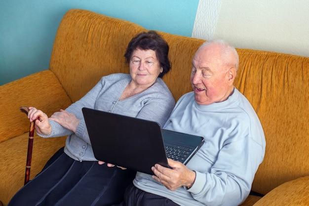 Het hogere paar spreekt online via videoverbinding op laptop