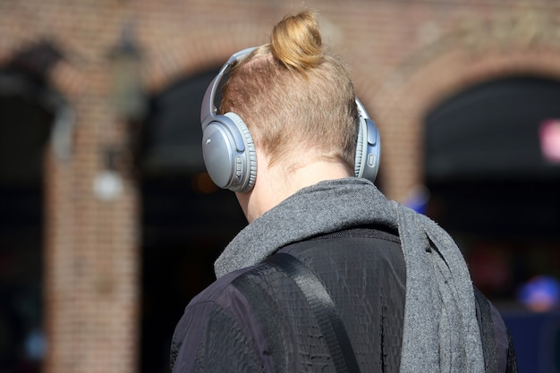 Het hoofd van de man met de grote koptelefoon