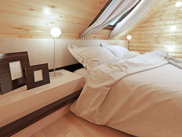 Het hoofdeinde van het bed met een nachtkastje met plaatjes