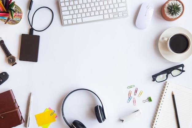 Het hoogste bureau van het menings witte bureau met exemplaarruimte voor input de tekst op vlakte legt.