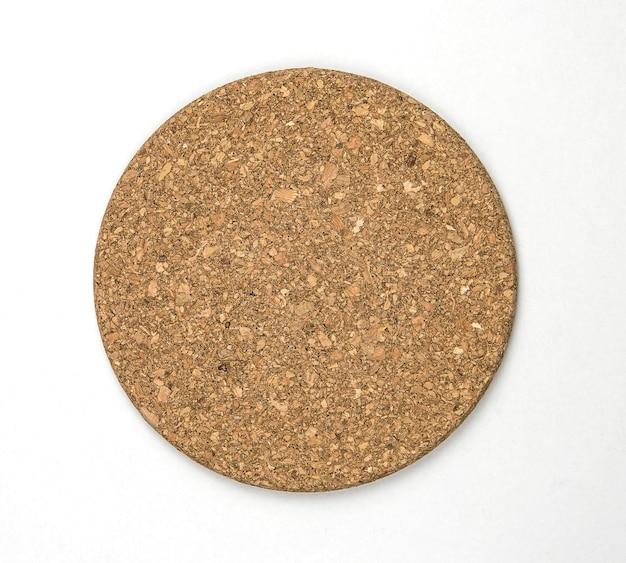 Het hoogste mening van ronde cork isoleert op witte muur.
