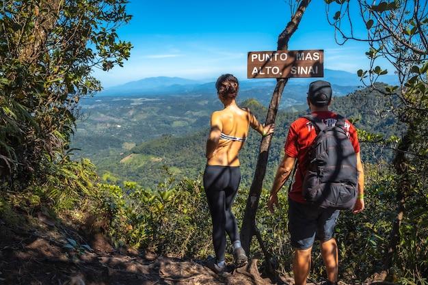 Het hoogste punt genaamd sinai van het cerro azul meambar national park (panacam) aan het yojoameer. honduras