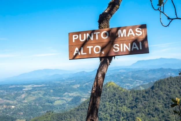 Het hoogste punt heet sinai van het cerro azul meambar national park (panacam) aan het yojoa-meer. honduras