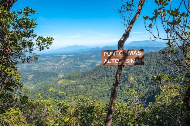 Het hoogste punt van het cerro azul meambar national park (panacam) aan het yojoameer. honduras