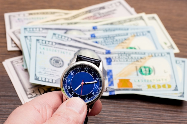 Het horloge ligt op dollars