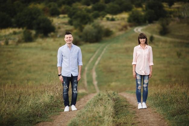 Het houden van van jong paar heeft in openlucht pret. liefde en tederheid, dating, romantiek, familieconcept. selectieve aandacht.