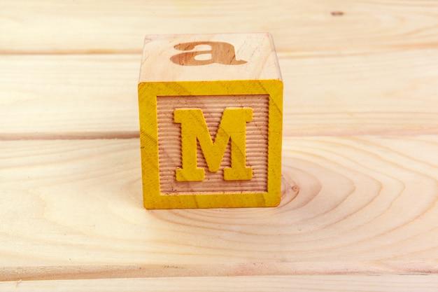 Het houten blokalfabet lag op houten vloer