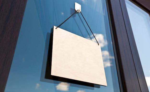 Het houten bord zonder tekst opknoping op de deur in café