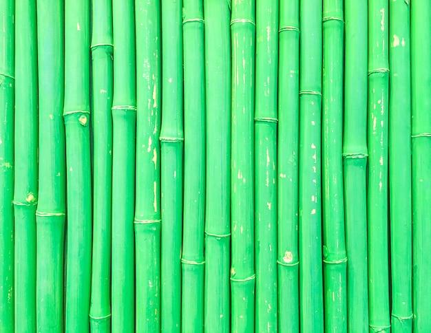 Het houten patroon van de close-upoppervlakte bij de verse groene geweven achtergrond van de bamboemuur