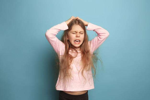 Het huilen. tiener meisje op een blauw. gezichtsuitdrukkingen en mensen emoties concept