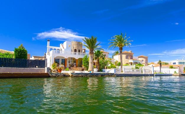 Het huis met palm aan het water bij het resort in spanje