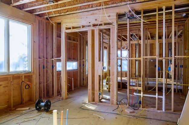 Het huis van de bouw frame op het woon houten nieuwe huis van het straalkader