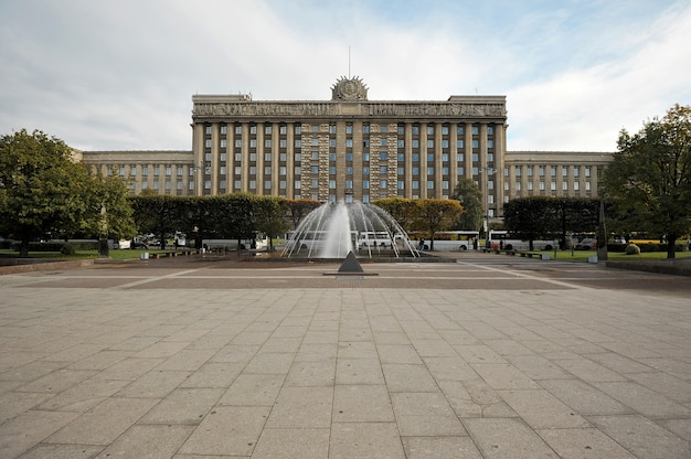 Het huis van sovjets in het vierkant van moskou in st. petersburg, rusland