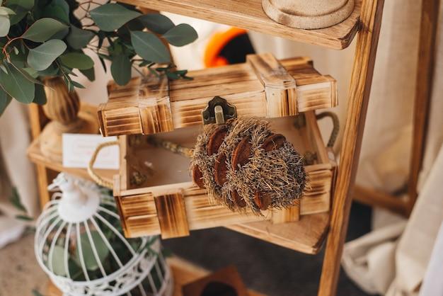 Het huisdecor van de lente op rustieke rustieke trapladder, houten doos, binnenlandse details.