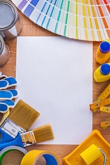 Het huisverbetering verfhulpmiddelen en ventilator op leeg document onderhoudsconcept