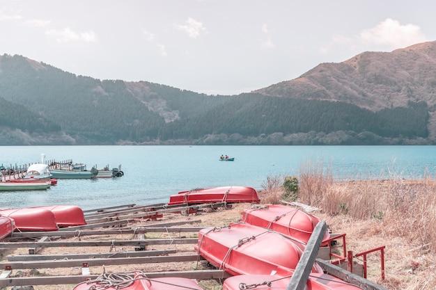 Het huren van boot op ashi lake van hakone, japan