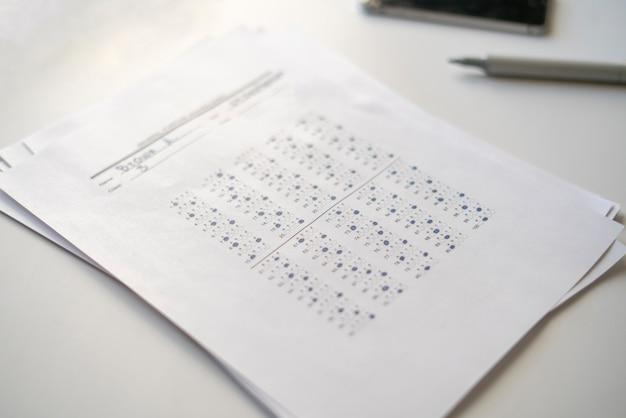 Het huren van de nieuwe werknemer, vel papier met testantwoord op tafel