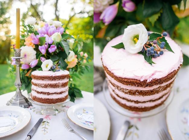 Het huwelijkslijst van het landschap met cake in de verse lucht