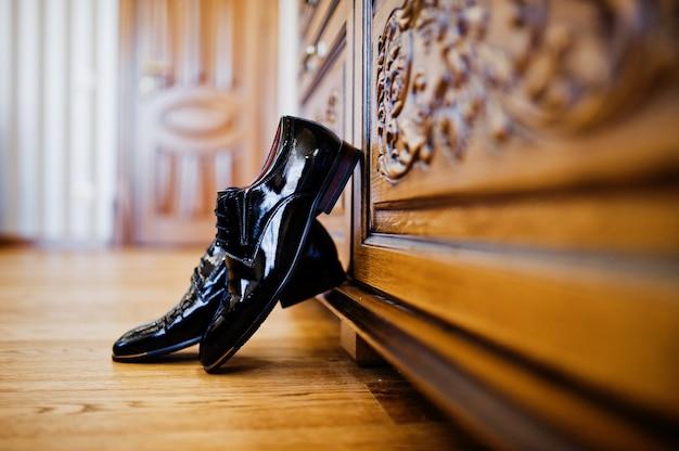 Het huwelijksschoenen van elegante mensen bij bruidegomochtend.