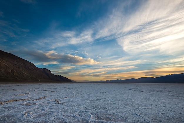 Het iconische landschap van het bassin van badwater, laagste punt op het westelijk halfrond