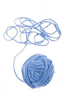 Het idee is een verwarde draad. blauwe bol garen op geïsoleerd wit