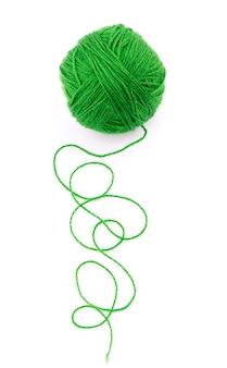 Het idee is een verwarde draad. groene bal van garen op geïsoleerd wit