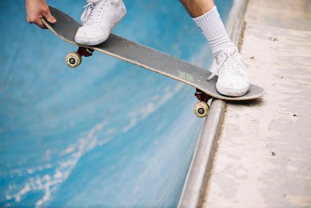 Het in evenwicht brengen van skateboarder van de close-up