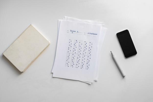 Het inhuren van de nieuwe medewerker, vel papier met testantwoord op tafel